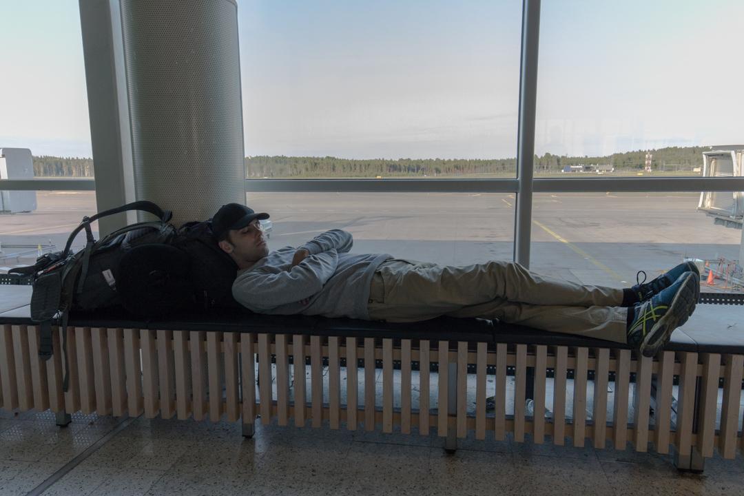 nukkumassa lentokentällä
