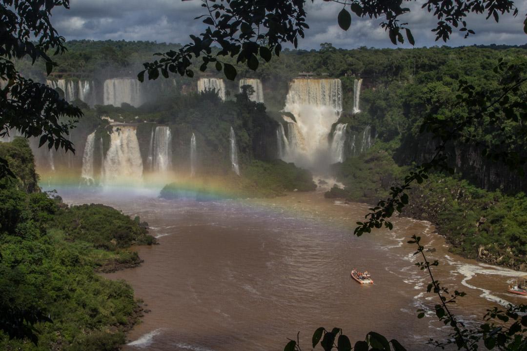 veneellä Iguassun vesiputouksille Brasiliassa