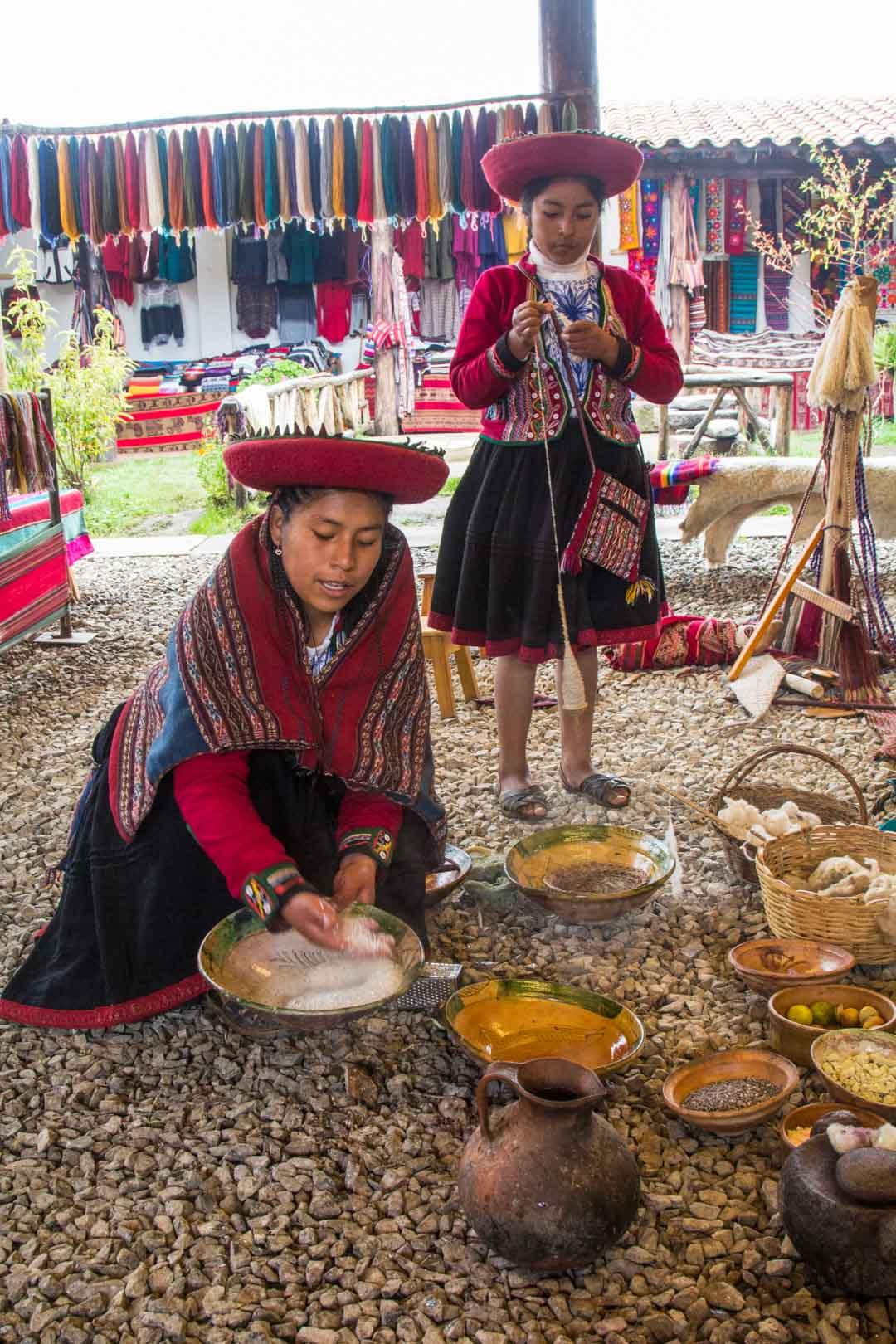alpakkalankojen värjäystä Perussa