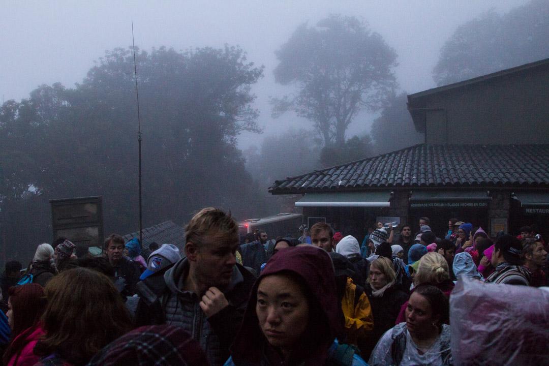 jonottamassa Machu Picchun portilla Perussa