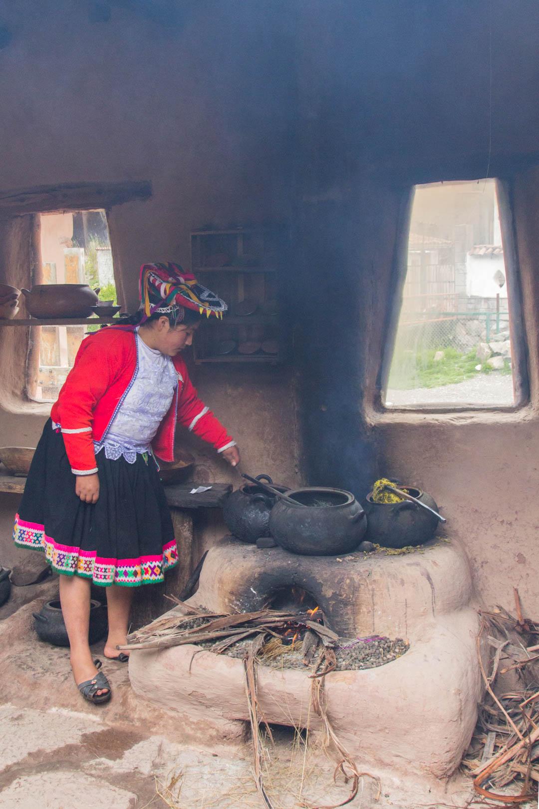 alpakkalankojen värjäystä Perussa lähellä Cuzcoa