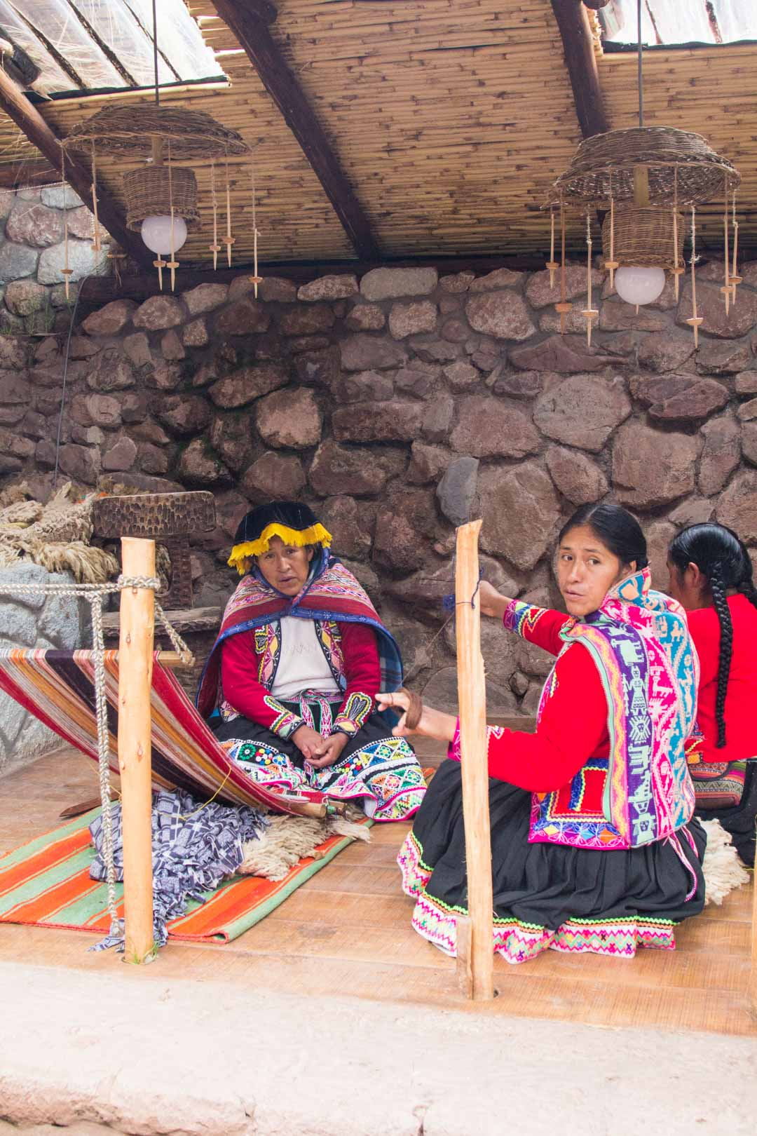 alpakkalankojen kudontaa Perussa lähellä Cuzcoa