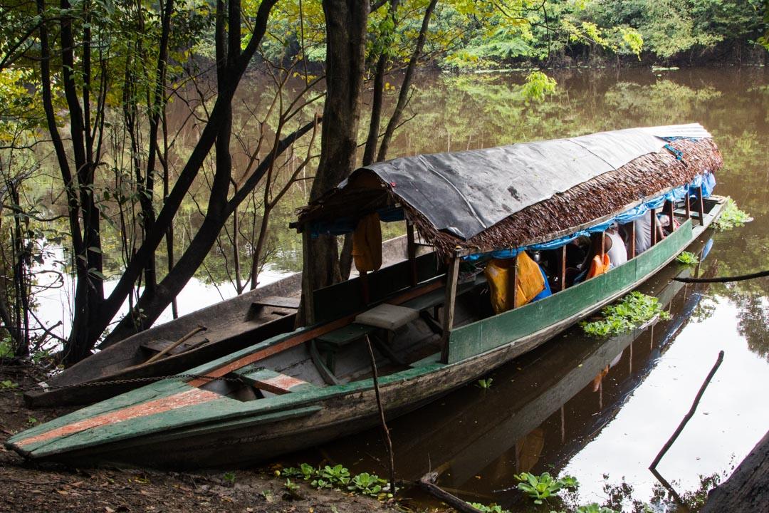 veneellä Amazonin viidakossa