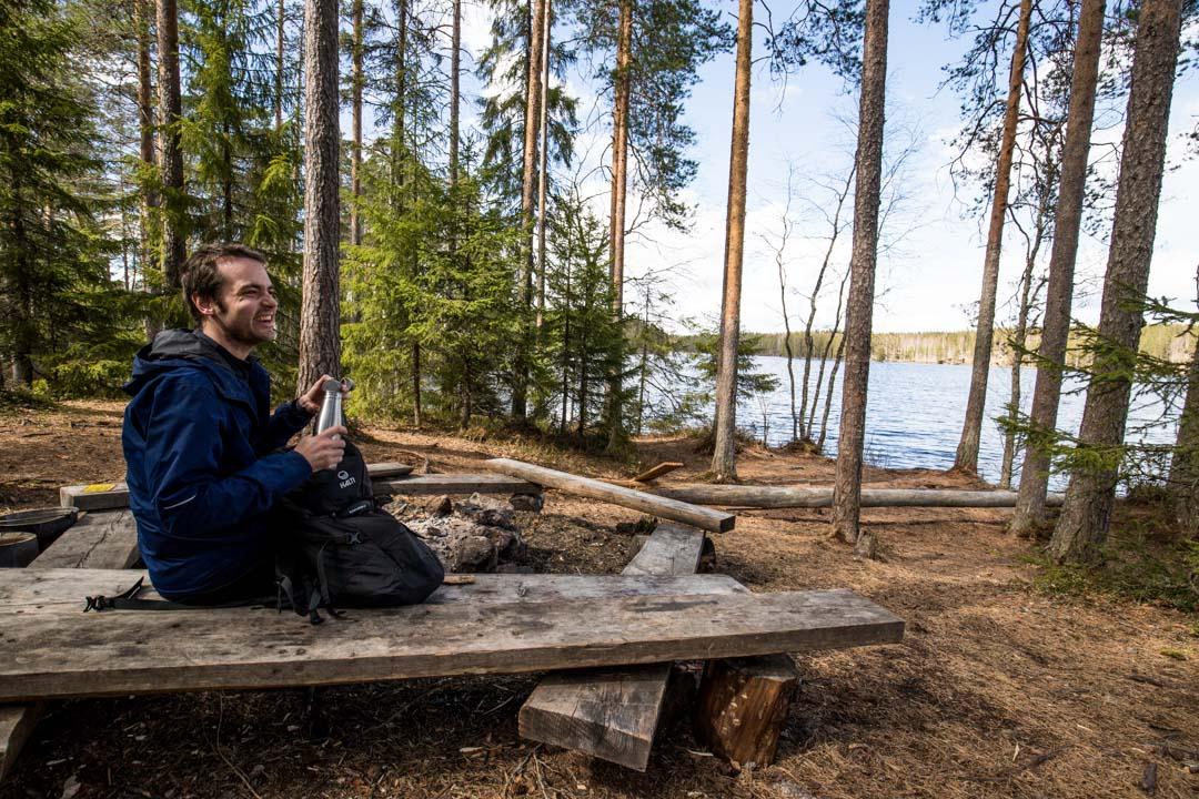 patikoimassa Luomajärvelle Helvetinjärven kansallispuistossa