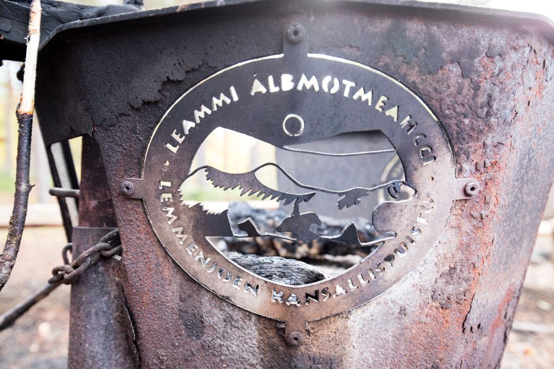 Lemmenjoen kansallispuiston taukopaikalta yksityiskohta, puiston logo