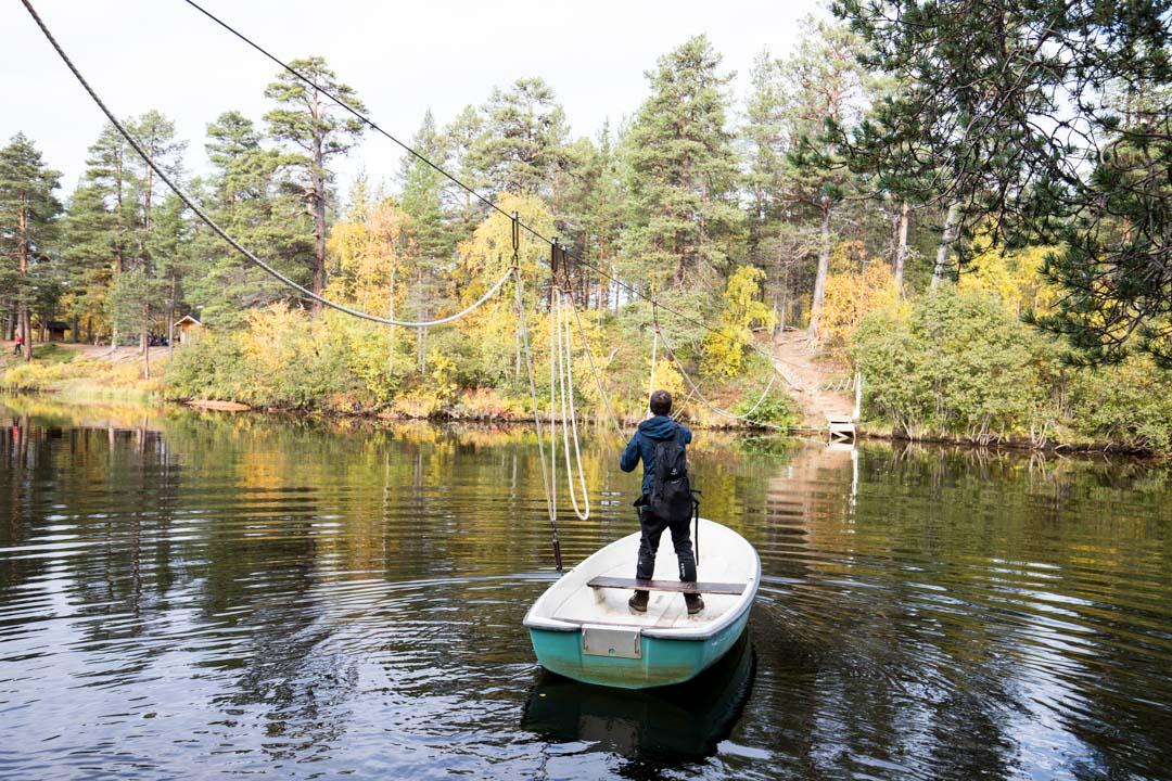 vaeltamassa ruska-aikaan Lemmenjoen kansallispuistossa Jokivarren retkeilyreitillä, venelossi