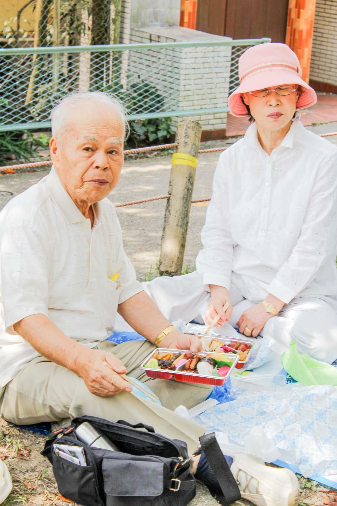 bento-piknikillä filosofin polulla Kiotossa Japanissa