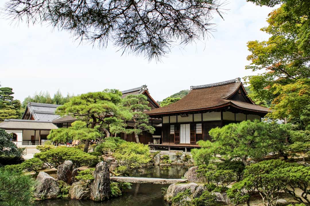 Hopeinen paviljonki temppeli Kiotossa Japanissa