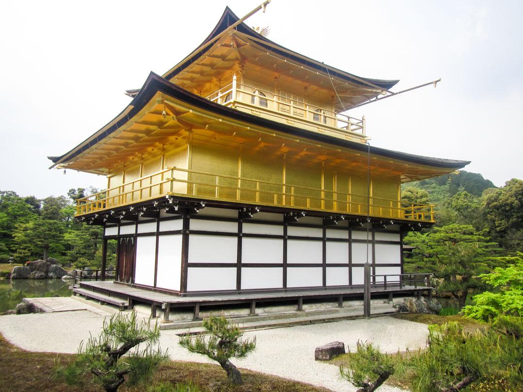 Kinkaku-ji temppeli eli Kultainen paviljonki Kiotossa Japanissa