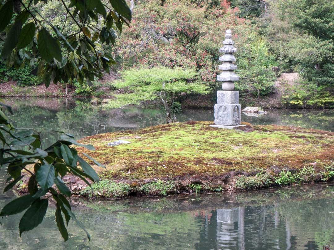 Kinkaku-jin temppelin eli Kultaisen paviljongin puutarhasta yksityiskohtia Kiotossa Japanissa