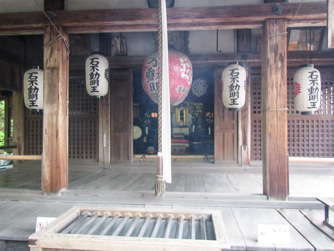 Kinkaku-jin temppelin eli Kultaisen paviljongin  yksityiskohtia Kiotossa Japanissa