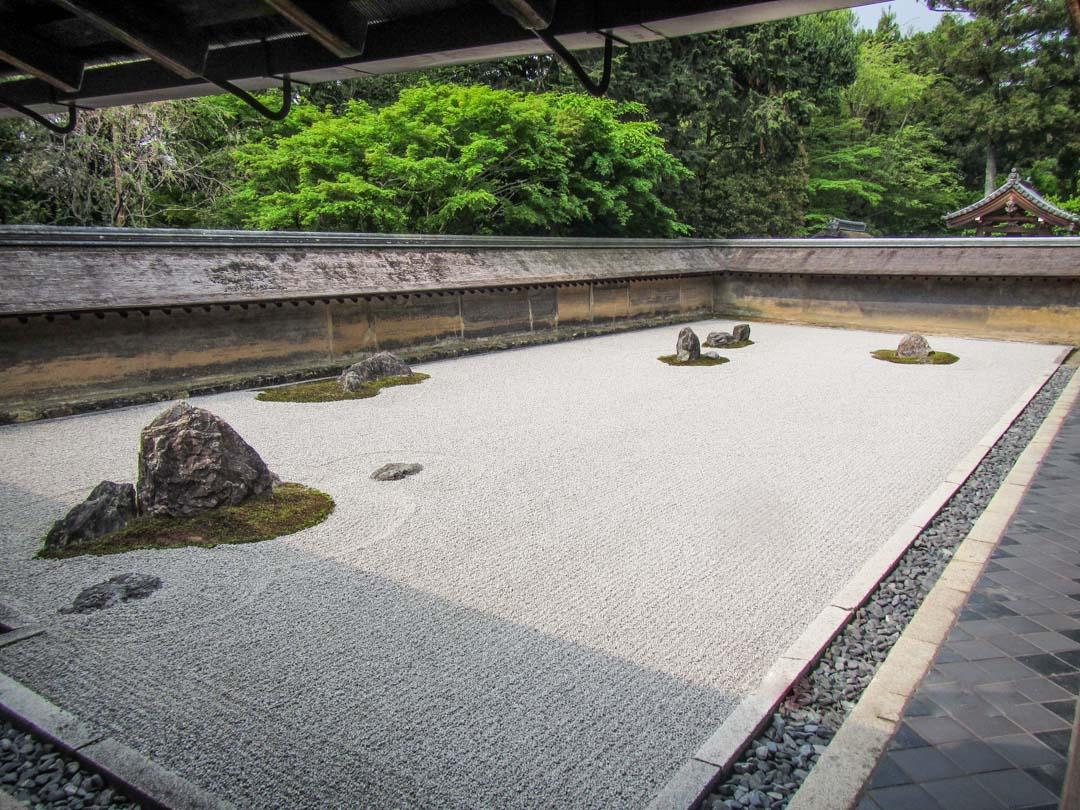 Ryoan-ji temppelin kivipuutarha Kiotossa Japanissa