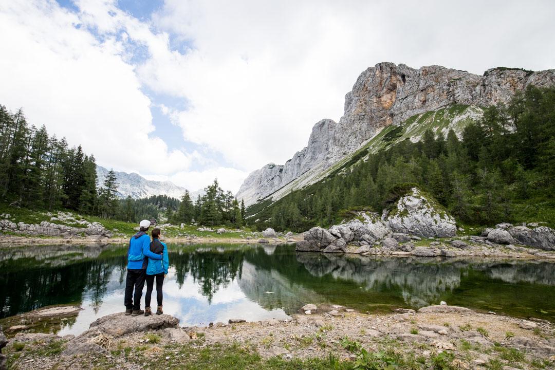 patikoimassa Triglavin kansallispuistossa Sloveniassa, seitsemän järven kierros