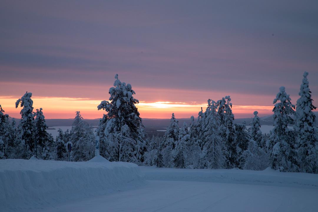 auringonnousu Riisitunturin kansallispuistossa talvella