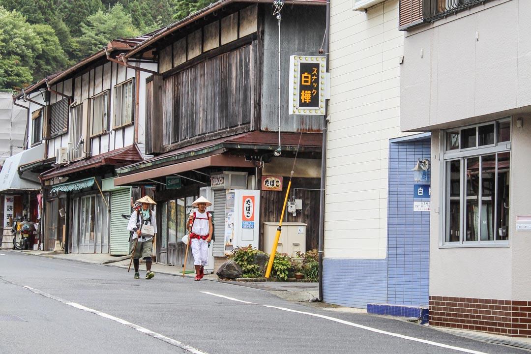 pyhiinvaeltajia matkalla Koyasaniin Japanissa