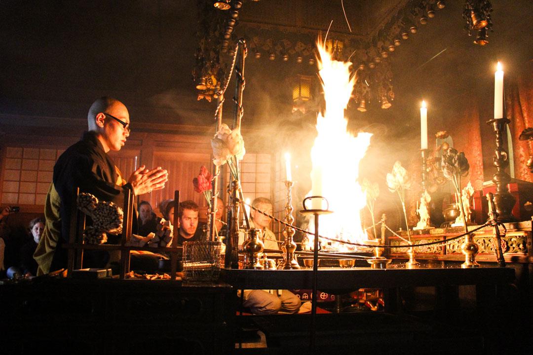 buddhalainen seremonia Koyasanin temppelissä Japanissa