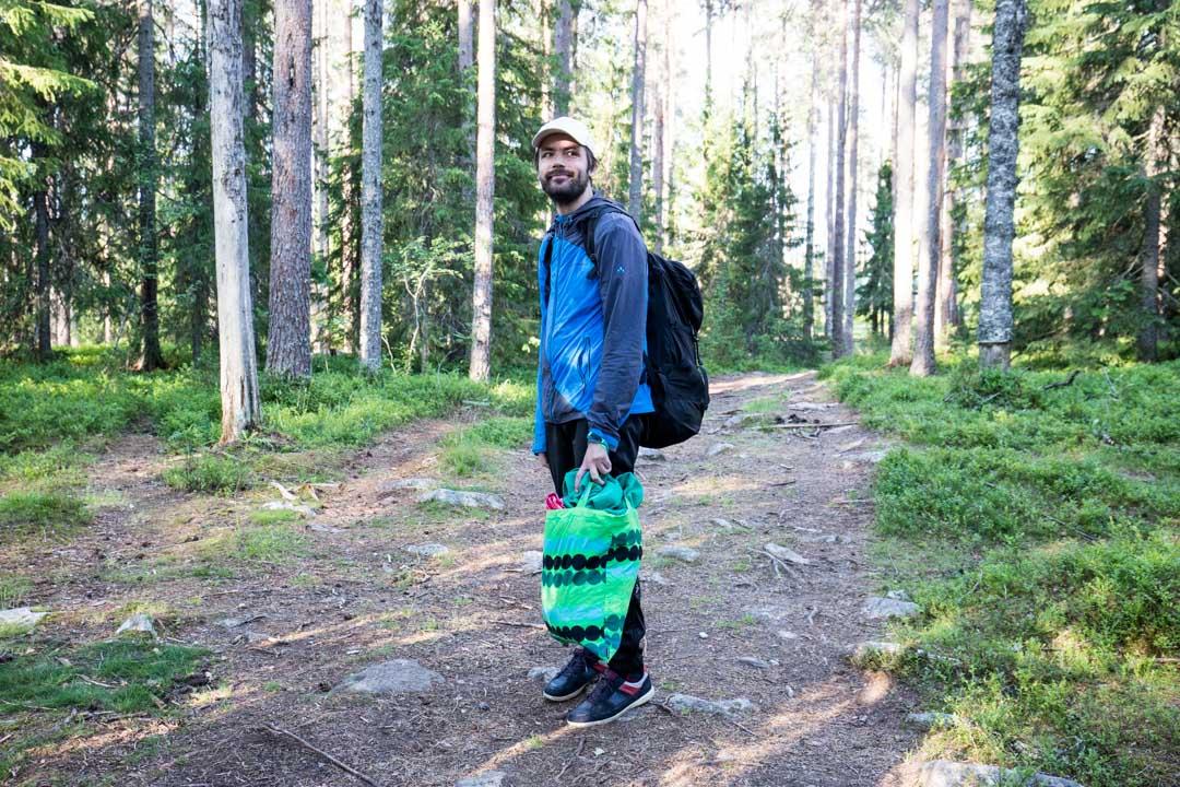 Matkalla Martinselkosen piilokojuun metsässä