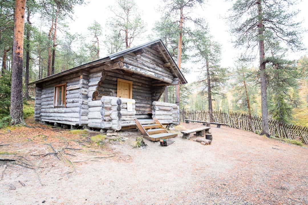 Karhujuomalammen päivätupa Pyhä-Luoston kansallispuistossa
