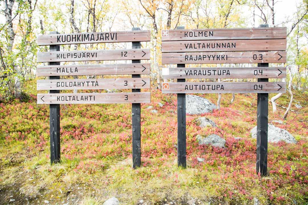 opaskylttejä kolmen valtakunnan rajapyykille Mallan luonnonpuistossa